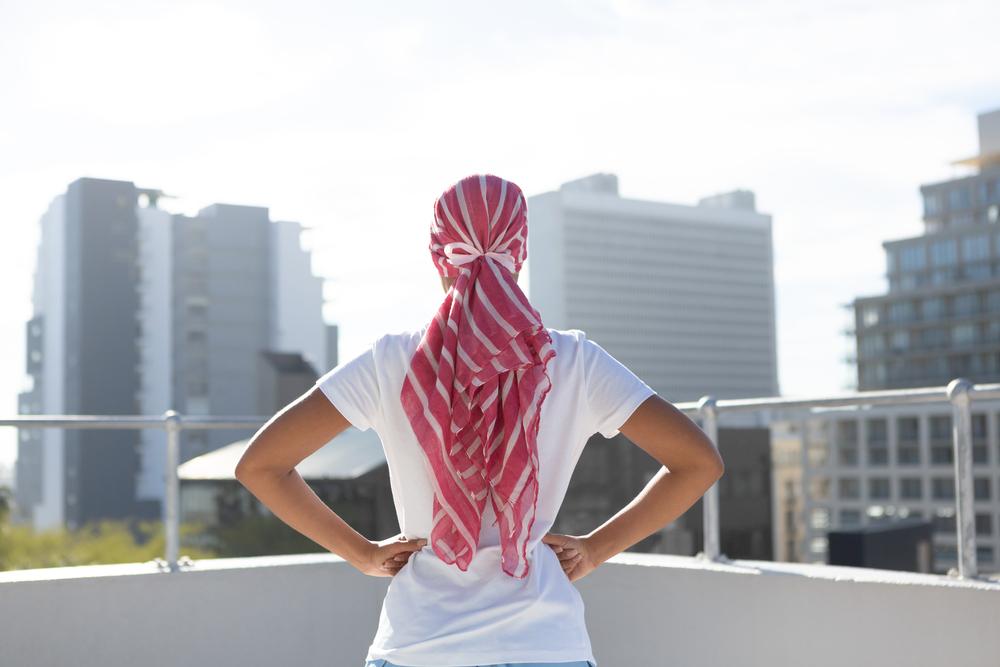 Mujer de pie y de espaldas con turbante