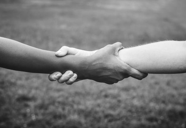 Dos brazos unidos mostrando apoyo contra el cancer